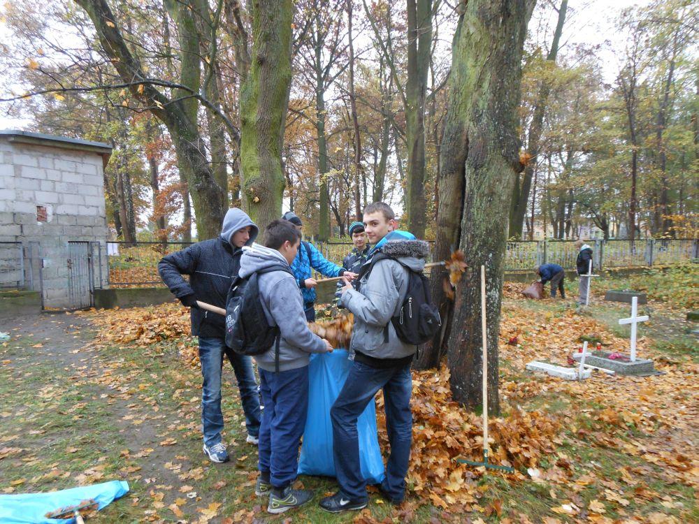 Sprzątanie cmentarza 2012