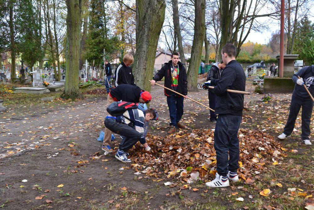 Sprzątanie cmentarza 2013