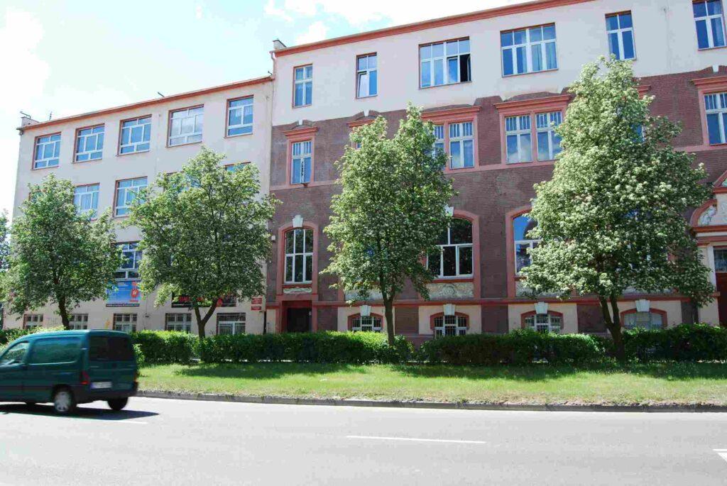 Wejście do szkoły od strony ul. 27 Stycznia