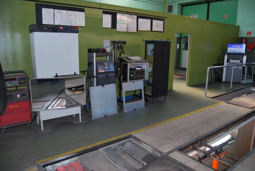 stanowisko pomiarowe we wnętrzu stacji kontroli pojazdów, widok 1