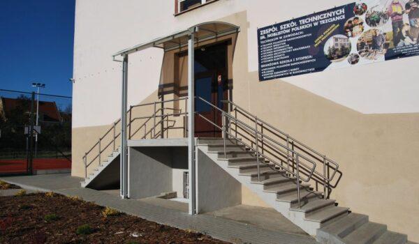 budynek główny - wejście od strony boiska