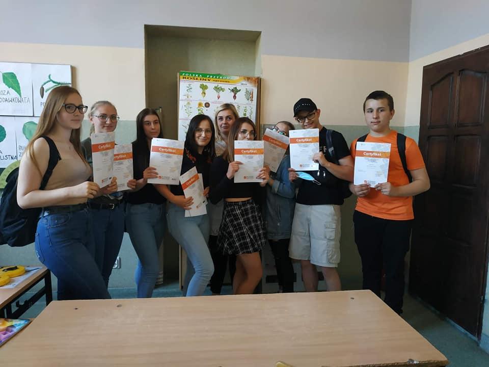 uczniowie z dyplomami kursu