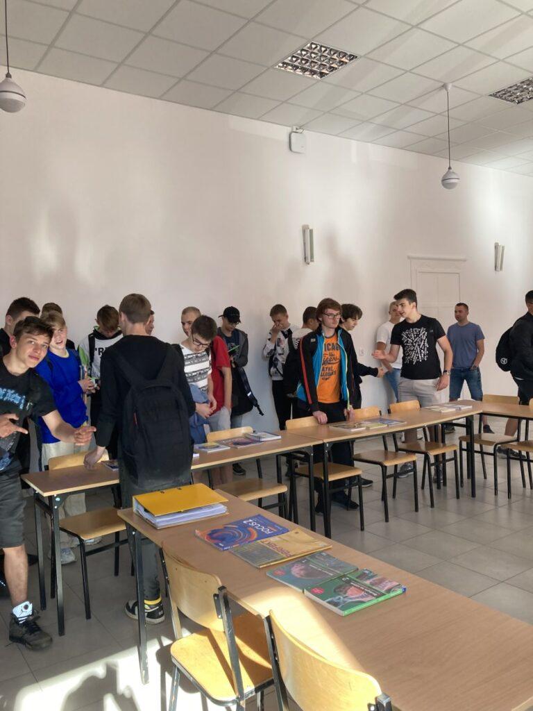 uczniowie kupują podręczniki