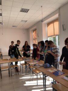 uczniowie w auli podczas giełdy podręczników