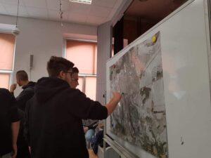 uczniowie przy mapie Trzciank