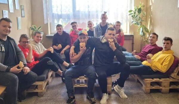uczniowie na korytarzu szkolnym
