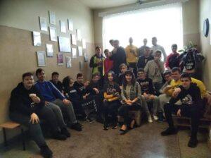 uczniowie z opiekunem samorządu szkolnego na korytarzu szkolnym