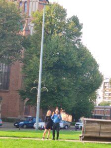 opiekunowie wycieczki przed katedrą w Kołobrzegu