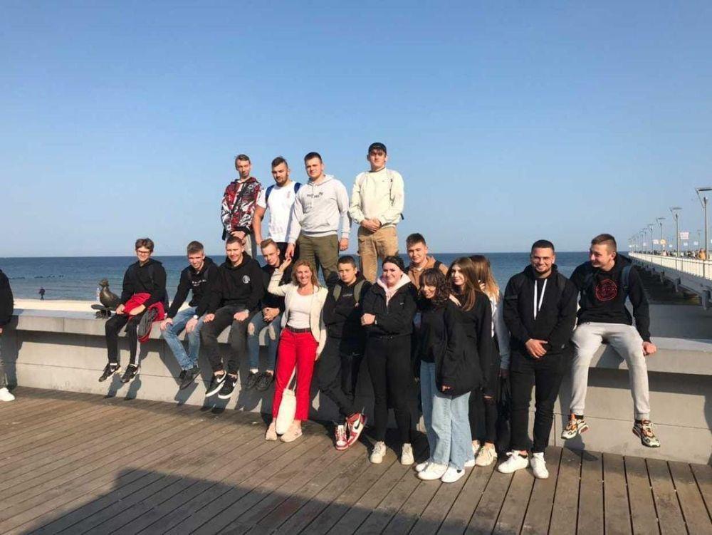 uczniowie z opiekunem nad morzem