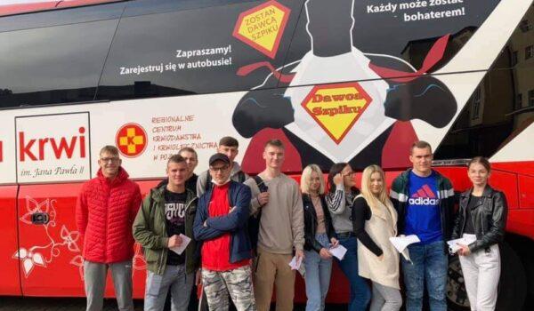 uczniowie przed autobusem stacji krwiodastwa