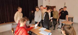 głosowanie w auli szkoły